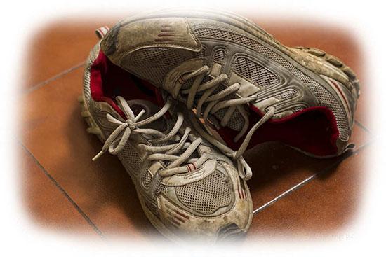 грязные белые кроссовки