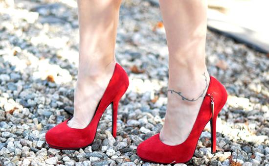 разношеные красные туфли