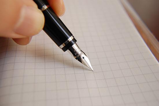 ручка и белый лист бумаги