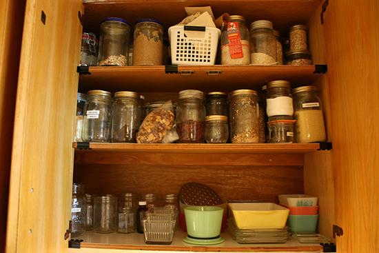 шкафчик с крупами на кухне