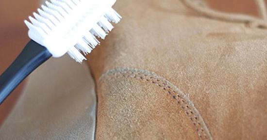 чистим замшевую обувь щеткой