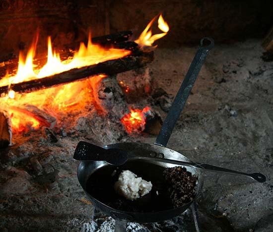 очистка сковороды при помощи выжигания