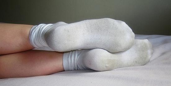 грязные белые носки