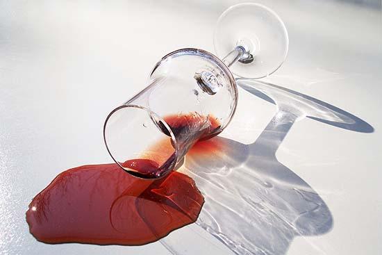 пролитое красное вино