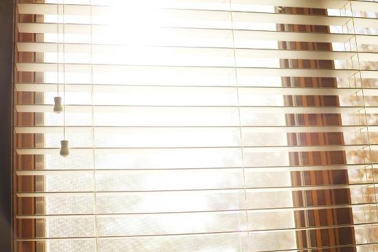 горизонтальные жалюзи на пластиковом окне