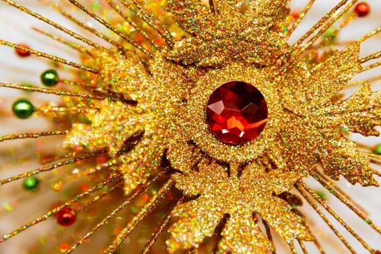 золотое изделие с камнем