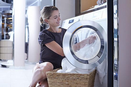 достаем вещи из барабана стиральной машинки