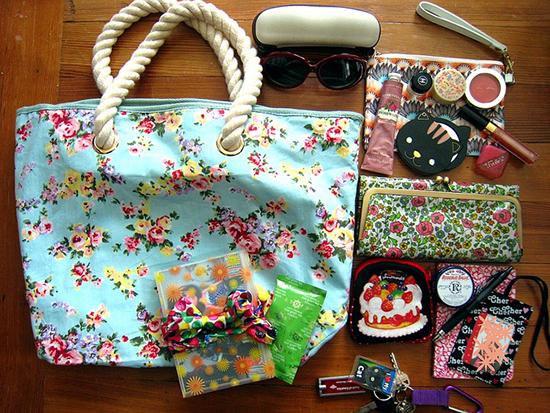 извлекаем вещи с сумки