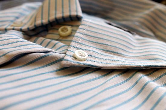 отглаженный воротник мужской рубашки