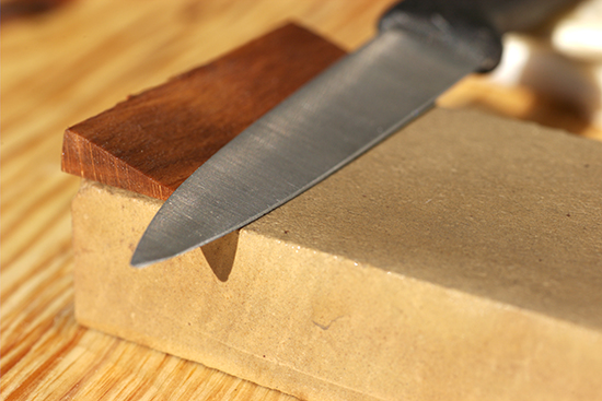точим нож об брусок