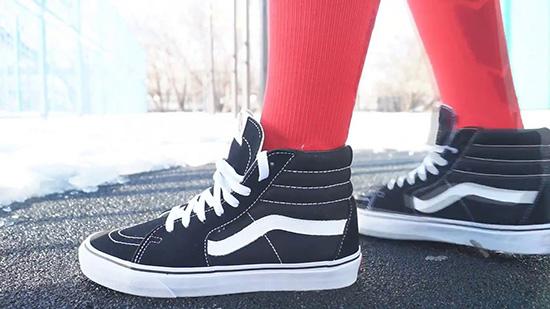 белая подошва кроссовок