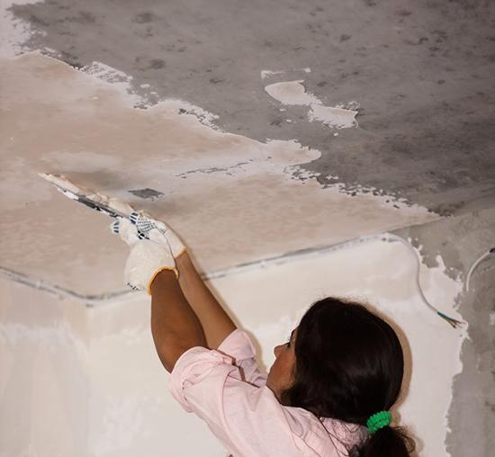 смываем побелку с потолка