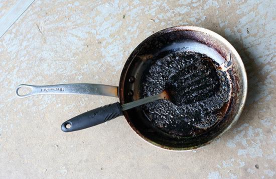 пригоревшая сковорода