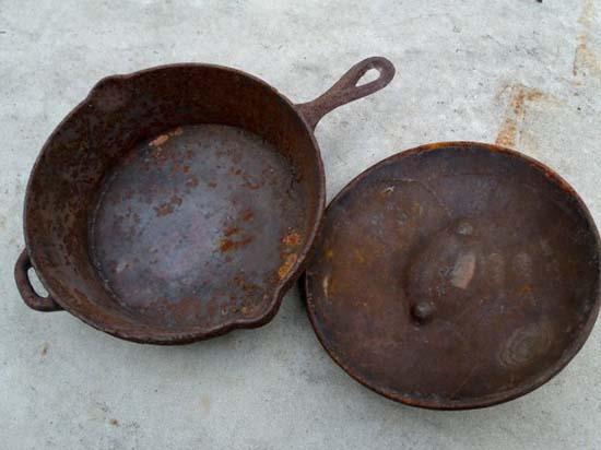 ржавая чугунная сковорода