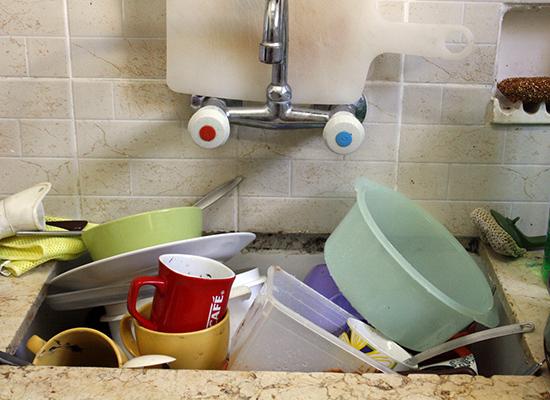 жирная посуда в умывальнике