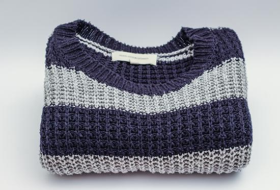 компактно сложенный свитер