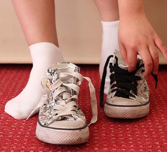 воняет старая обувь