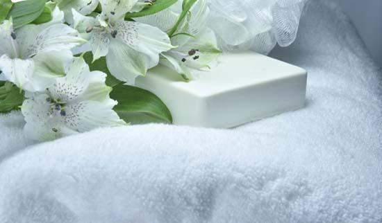 белое махровое полотенце