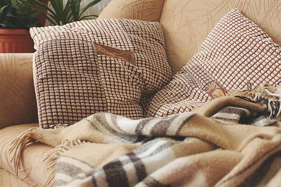 коричневая обивка дивана